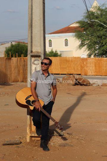 Leo Top (voz e violão)