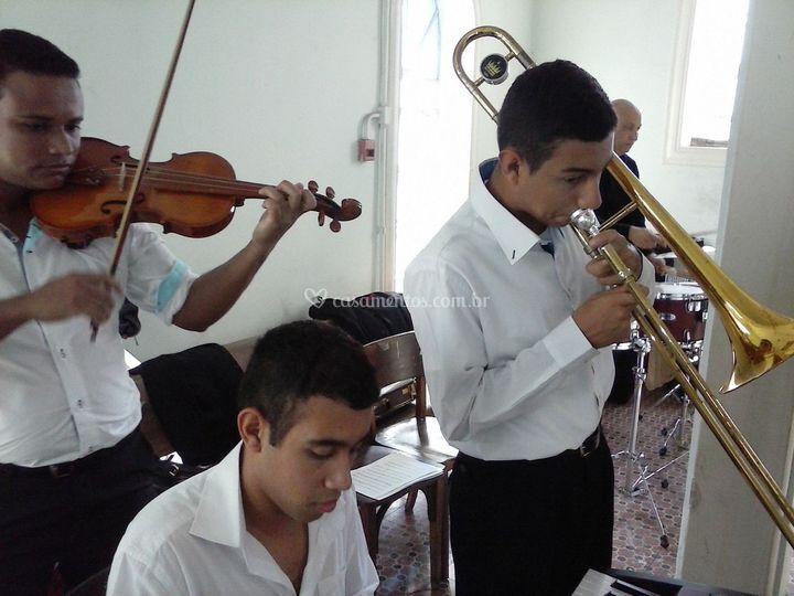Violino, trombone e teclado