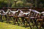 Cadeiras no gramado