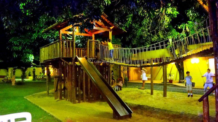 Casinha da árvore e ponte