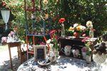 Mesa decorada com lembranças