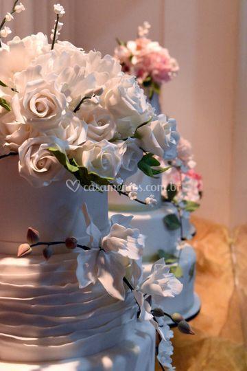 Bolo com flores em açúcar