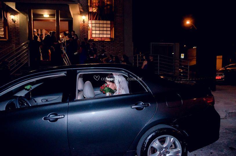 Noiva aguardando no carro