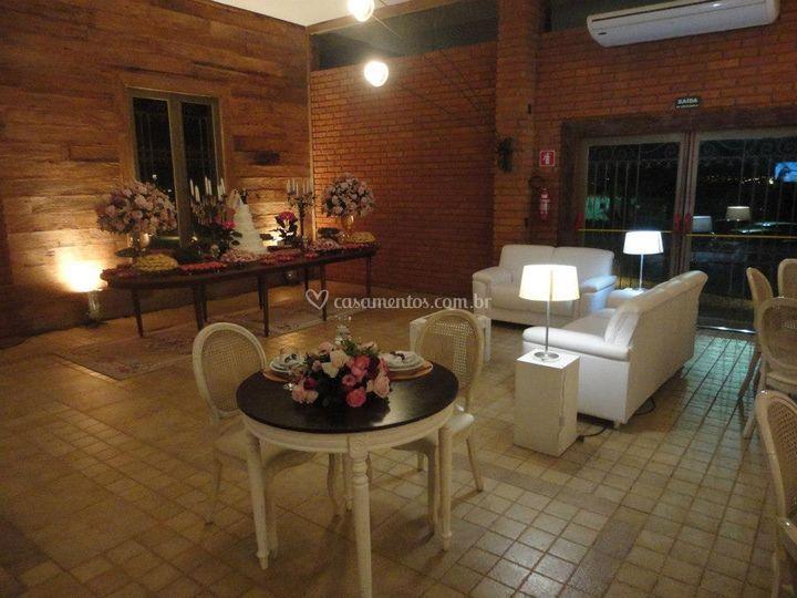 Mesa de bolo, noivos e lounges