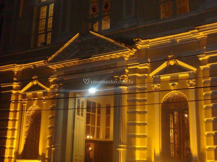 Luz na fachada da igreja