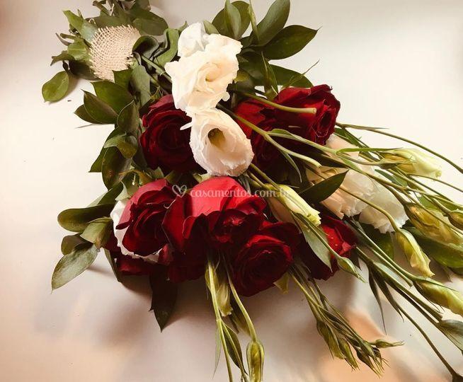 Rosas Vermelhas e Lisianthus