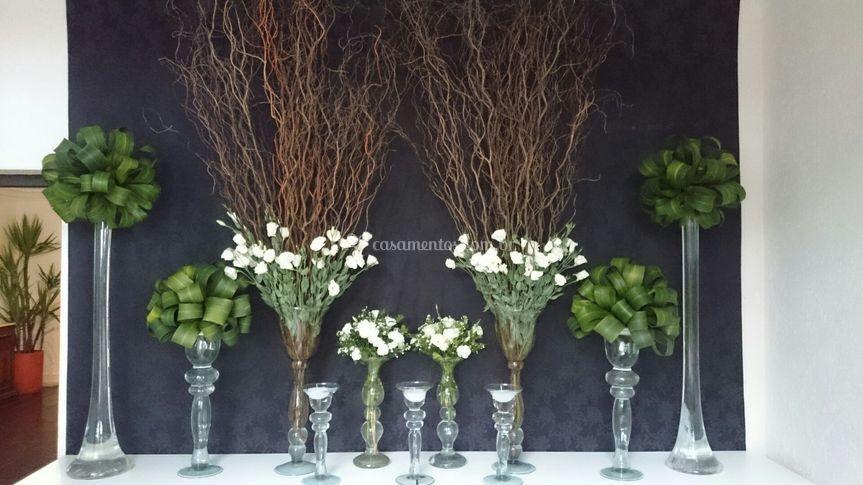 Decoração com flores e folhas