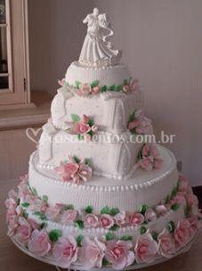 Bolo de casamento com rosas