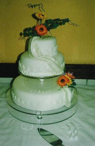 Bolo de casamento em suporte de vidro