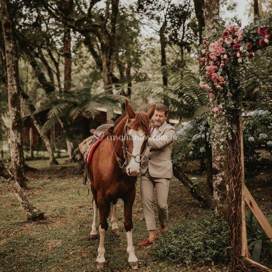 Entrada do noivo a cavalo