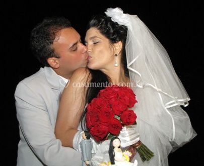 Noiva e noivo beijo