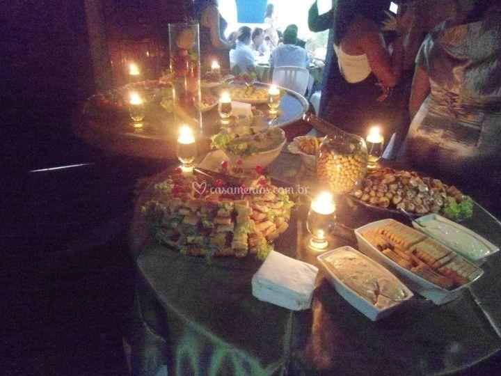 Mesa de frios a luz de velas