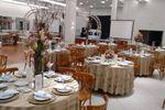 Salao com mesa de convidados