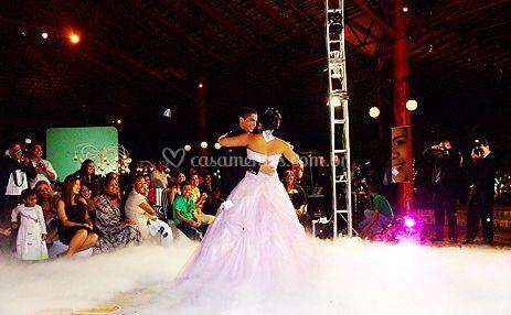 Noiva e o noivo dançando