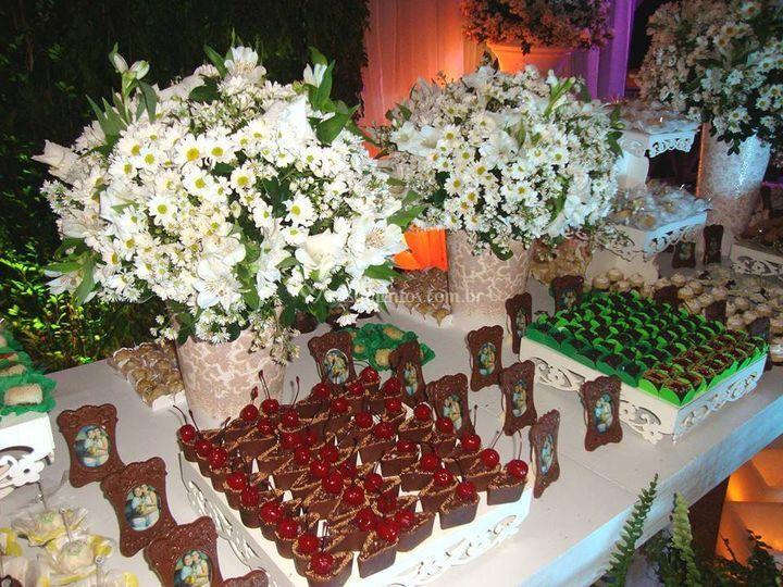 Linda mesa de doces e rosas tr