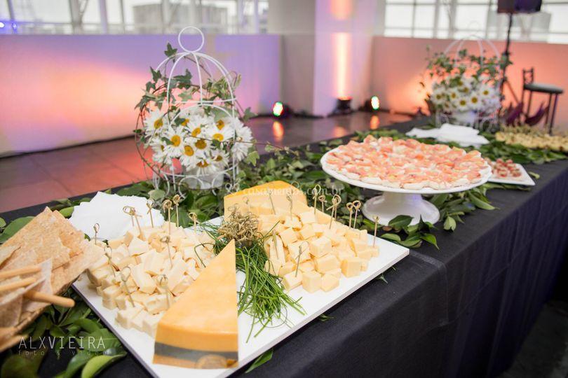 Mesa de frios e queijos