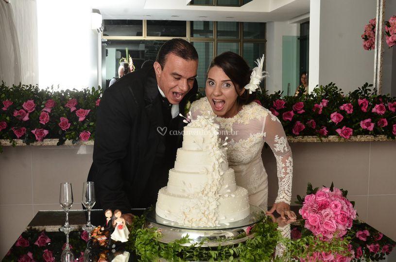 Os belos noivos felizes