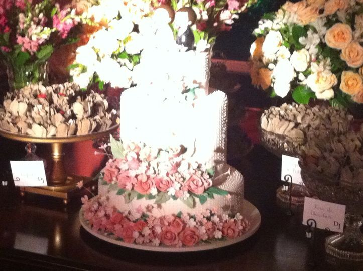 Divine Cake Designs Dorado : Rosa antigo e flores combinand de Bolos Divine Cake Design ...