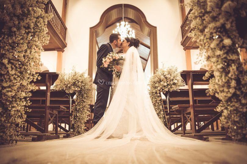 Noivos se beijando na igreja