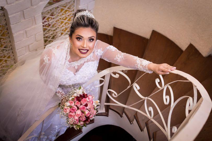 Linda noiva na escada buque