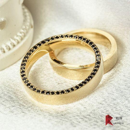 Aliança com diamante negro