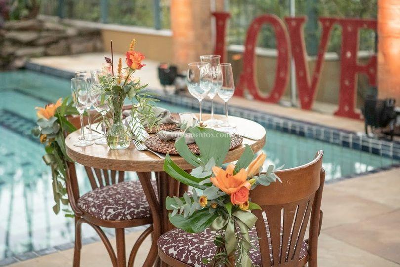 Mesas ao lado da piscina