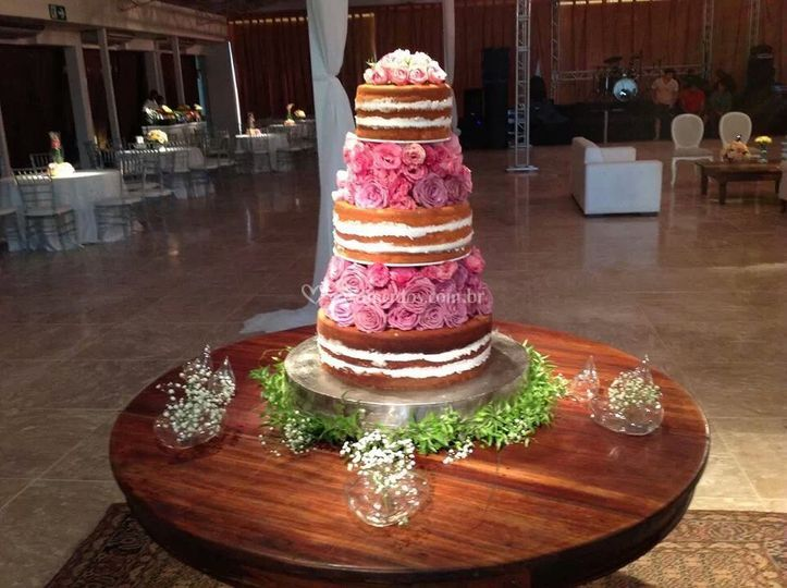 Naked cake com rosas