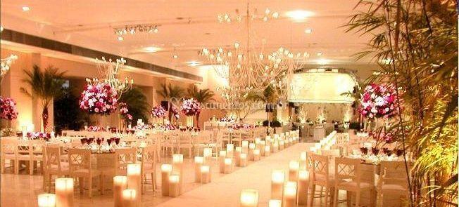 Salão com arranjo de rosa