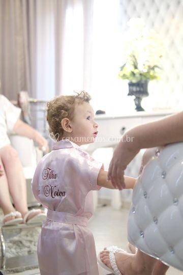 Filha da noiva admirando a mãe