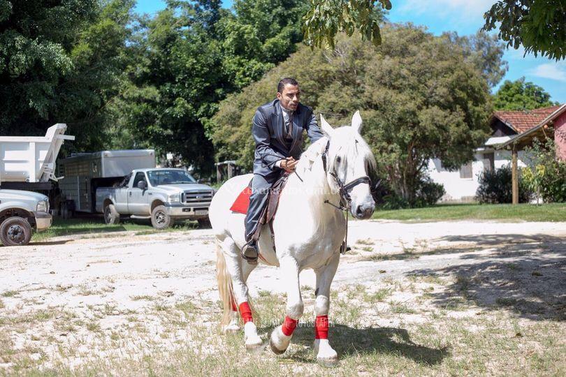 Noivo chegando à cavalo