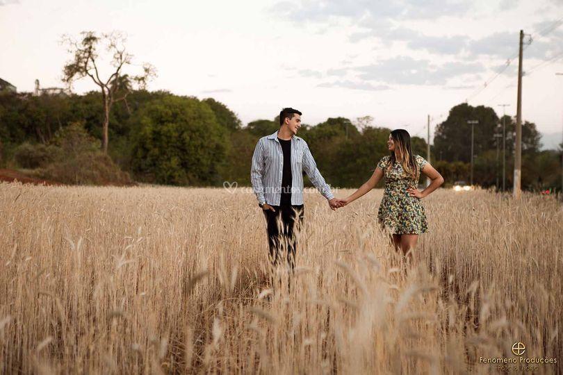 Casal no campo de Trigo