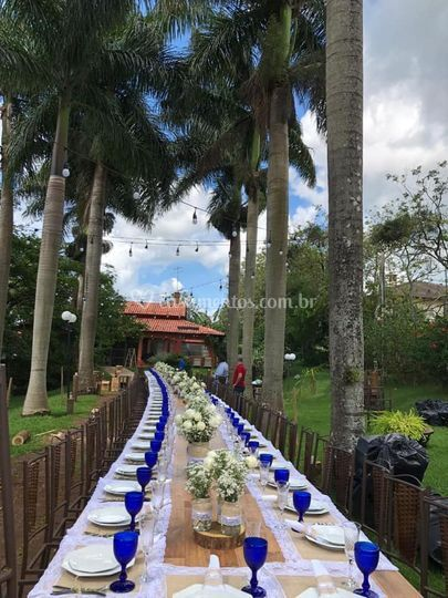 Mesa banquete sob as palmeiras