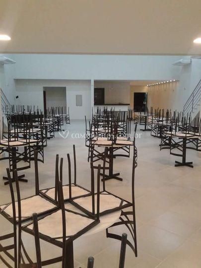 Possui 360 cadeiras com mesa