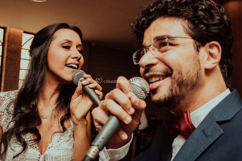 Noivos cantando na recepção
