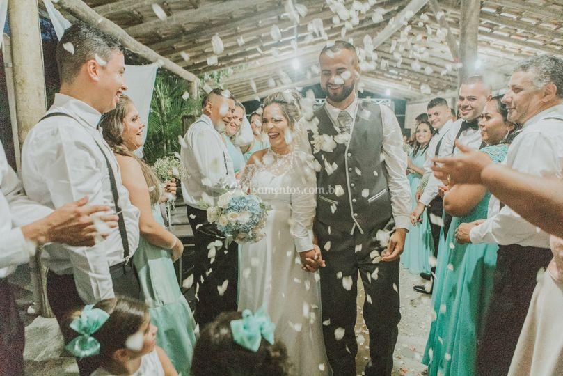 Saída dos noivos com pétalas