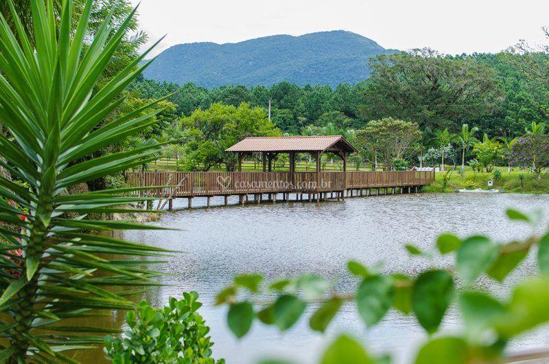 Lago represado com ponte