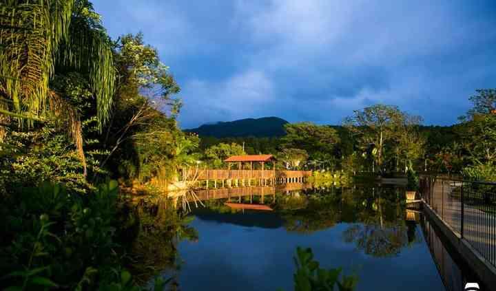 Ponte com gazebo no lago
