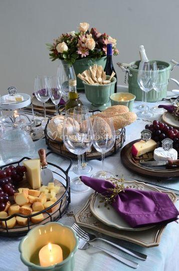 Mesa posta queijos e vinhos