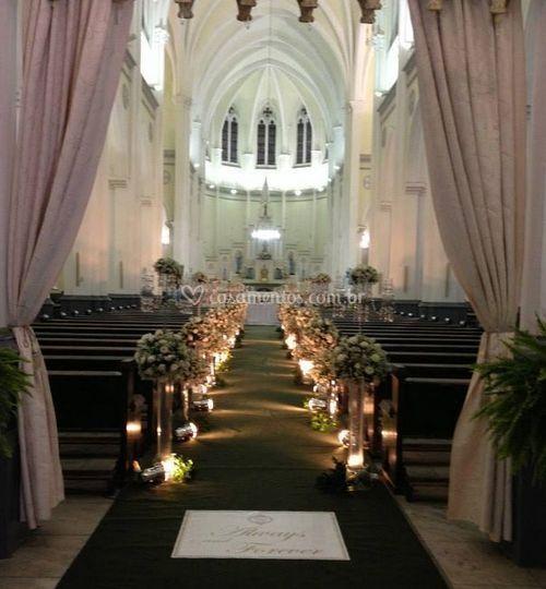 Igreja decorada com flores