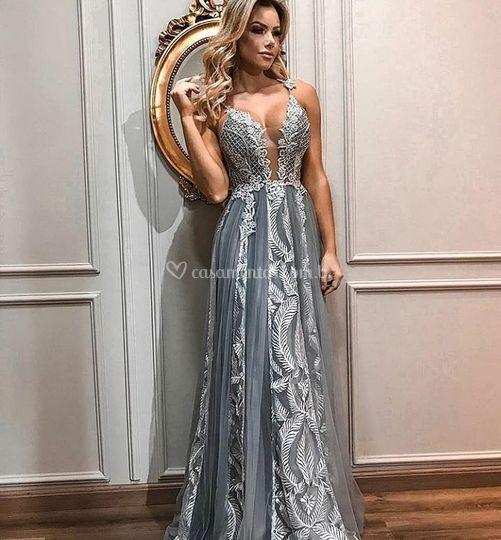 Vestido cinza bordado em prata
