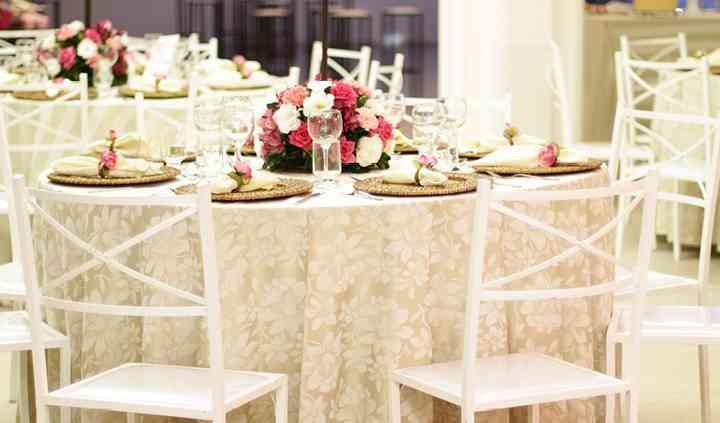 Estrutura de mesas e toalhas