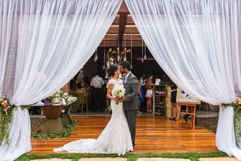 Casal na entrada da festa