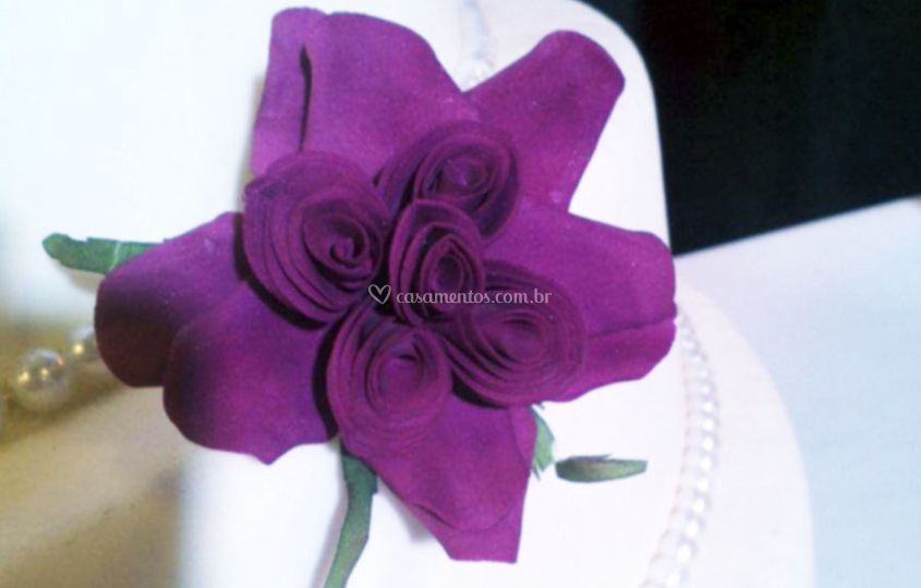 Bolo com flor violeta