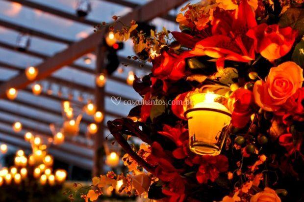 Flores e velas como decoração