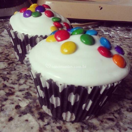 Cupcakes de chocolate com mm´s