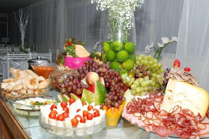 Mesa de frutas e variados