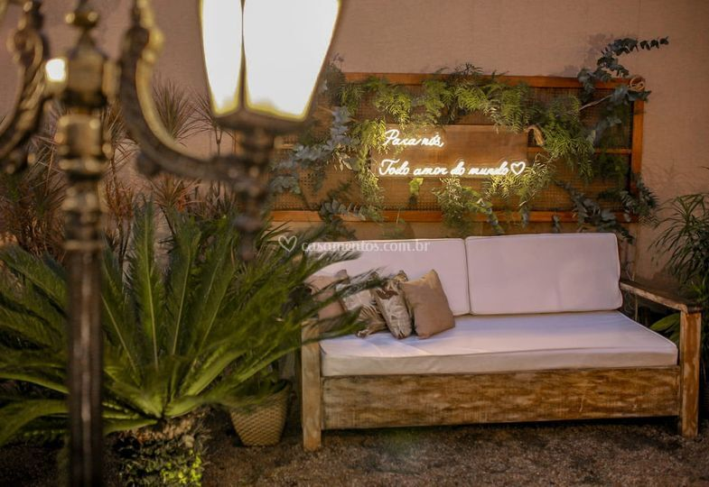 Lounge com letreiro neon