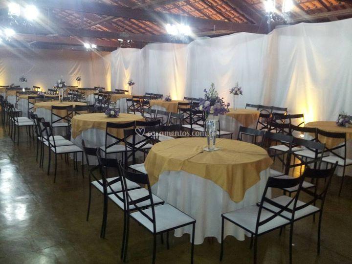 Salão com as mesas e cadeiras
