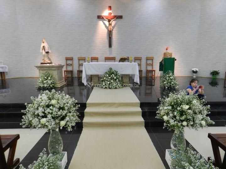 Altar decorado com flores