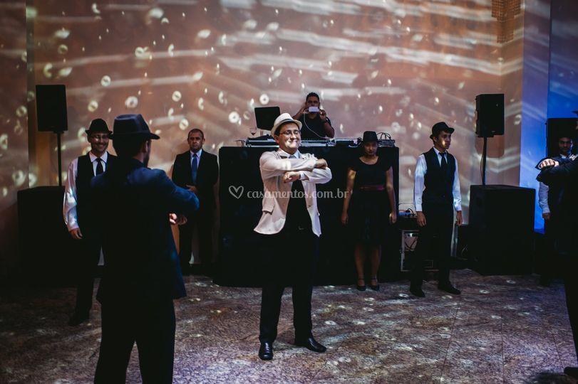 Noivo dançando com padrinhos